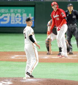 6回1死満塁、クロン(後方)に左越え満塁本塁打を浴びた井納翔一(捕手・炭谷銀仁朗)(カメラ・相川 和寛)