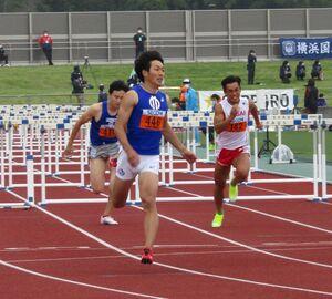 男子110メートル障害で13秒30をマークし、東京五輪参加標準記録を突破した泉谷駿介(中央、カメラ・細野友司)