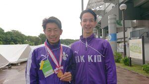 優勝した立大のミラー千本真章は上野監督に金メダルをかけた