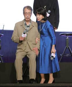 舞台挨拶中に体調を崩し吉永小百合(右)に脇を抱えられるみなみらんぼう