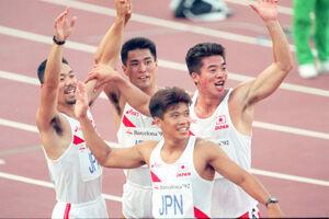 バルセロナ五輪で60年ぶりの決勝進出を決めた青戸慎司氏(左)ら日本チーム