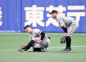 3回1死二塁、ビシエドの打球を捕球する際に、二塁手・吉川と交錯して左足を負傷した右翼手・梶谷(写真〈1〉から〈4〉=カメラ・馬場 秀則)