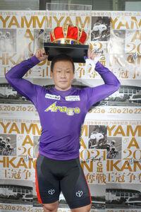 優勝した小倉竜二は三山王冠を頭にのせた