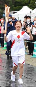 兵庫県の聖火リレーに参加し、笑顔で手を振る紀平梨花