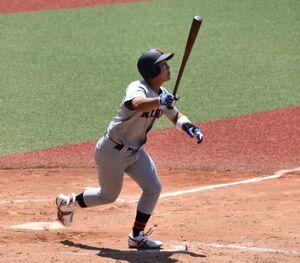 9回1死、右越に決勝ソロ本塁打を放った日大の代打・小濃塁(カメラ・北川栞)