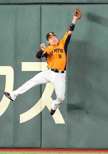 5回1死一塁、浅村栄斗の中飛の打球を好捕する丸佳浩