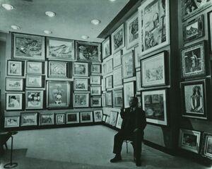 常設展示会場で作品を見つめる創業者・長谷川仁氏(1960年頃)
