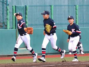 香芝・堅田(左)は3回、好守で危機を救い笑顔でベンチへ