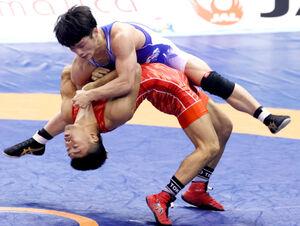 2020年12月の全日本レスリングで鈴木絢大(上)を攻める文田健一郎