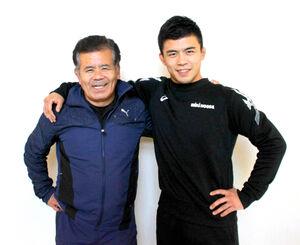 父・敏郎さん(左)と肩を組む文田
