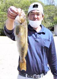 良型のアブラメを釣り上げた上浦さん
