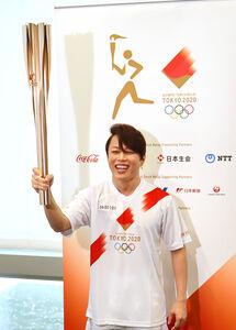 滋賀県の聖火リレーで第一走者を務めた歌手の西川貴教