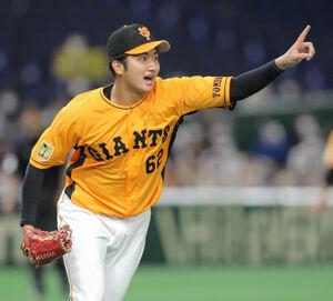 5回2死一、二塁、浅村栄斗のファウルボールの打球を指さす横川凱(カメラ・中島 傑)