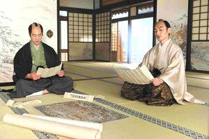 平岡円四郎演じる堤真一(左)と徳川慶喜役の草ナギ剛