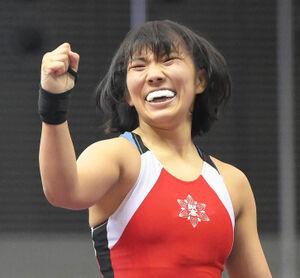 女子59キロ級で優勝を果たし、ガッツポーズをする花井瑛絵