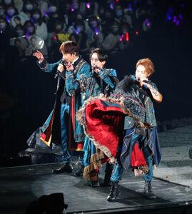 15周年記念ツアーで熱唱するKAT―TUNの(左から)中丸雄一、亀梨和也、上田竜也