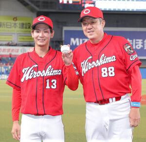 5回途中からリリーフし、プロ初勝利を挙げた森浦 大輔(左)は佐々岡真司監督に祝福された(カメラ・越川 亘)