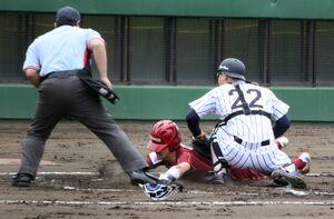 桜美林大は2回1死一、三塁、田島大の投前スクイズで三塁走者の磨(中)が生還