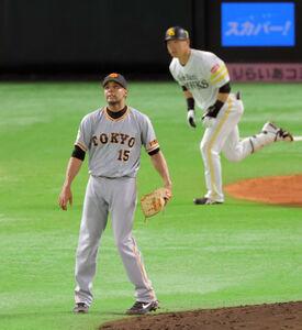 5回2死一、二塁、長谷川勇也(後方)に右中間3ラン本塁打を浴びたサンチェス