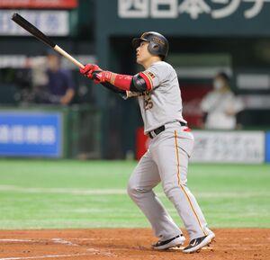 5回1死、勝ち越しの中越えソロ本塁打を放つ岡本和真