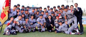 試合後、笑顔で記念撮影に納まる、慶大・堀井哲也監督(中央)らナイン