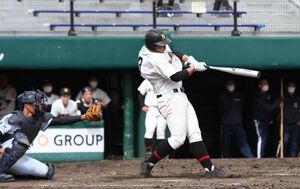 延長10回1死、勝ち越し本塁打を放つ札幌日大・山村