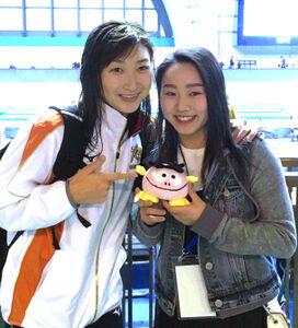 18年4月の競泳日本選手権で記念写真を撮る樋口(右)と池江