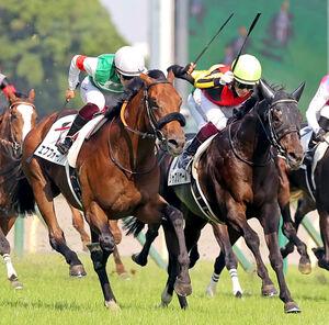 日本ダービーで2着に惜敗したエフフォーリア(左、右は優勝したシャフリヤール)