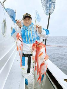 キンメの多点掛け。高級魚が鈴なりで釣れるのは魅力だ(ほうえい丸提供)