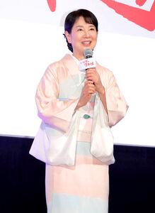 着物で舞台挨拶をする吉永小百合