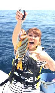 タカノハダイを釣り上げた邦ちゃん。奇跡的に服装がかぶった?