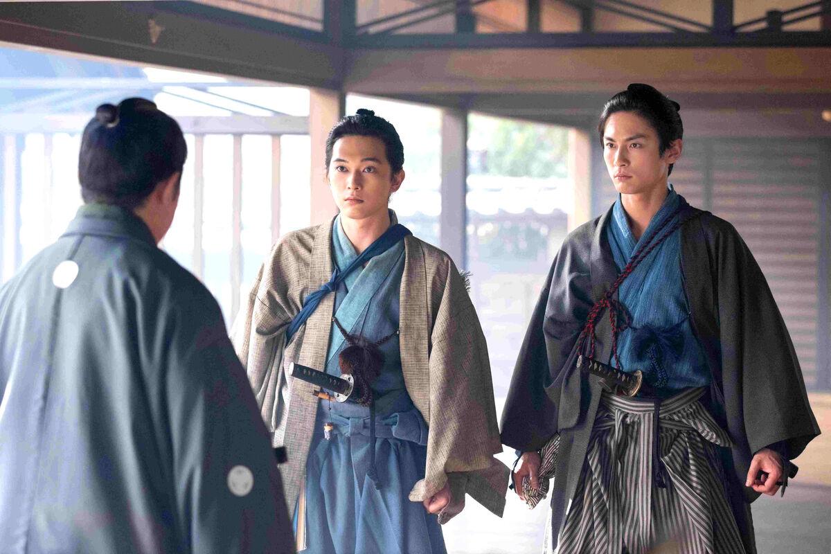 NHK大河ドラマ「青天を衝け」で恩人の死を聞き、目を丸くする渋沢篤太夫(中)
