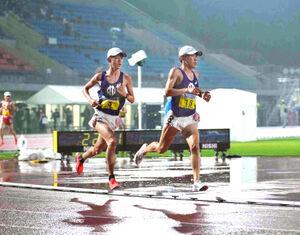 1部1万メートルで競う順大・野村(左)と伊予田