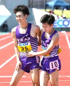 2部5000メートルで3位に入った駒大・唐沢(右)と4位の鈴木