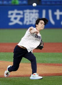 3年ぶりの始球式で快速球を披露した亀梨和也
