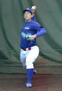 ブルペンで投球練習するTDK・鈴木大貴