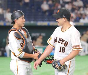 4回、小林誠司(左)と話をしながらベンチに戻る菅野智之