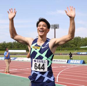 笑顔で歓声に応える山県亮太(代表撮影)