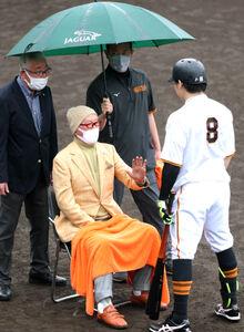 雨の中、ジャイアンツ球場を訪れた長嶋茂雄巨人軍終身名誉監督は、不振の丸佳浩を指導する(カメラ・竜田 卓)