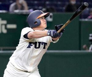 2回2死満塁、右越えに満塁本塁打を放つ福井工大・長峯樹生