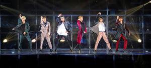 横浜アリーナの公演でファンを魅了したSixTONESの左から田中樹、高地優吾、ジェシー、京本大我、松村北斗、森本慎太郎
