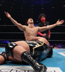 ジェフ・コブをカミゴェで下し両手を挙げて喜ぶ飯伏幸太(新日本プロレス提供)