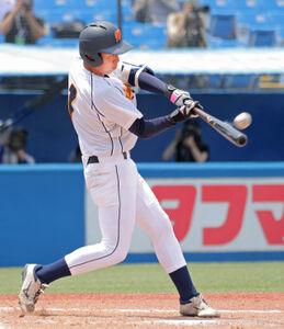 3回1死一塁、左中間へ適時二塁打を放つ和歌山大の安田圭吾
