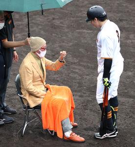 6日、雨の中、ジャイアンツ球場を訪れた長嶋茂雄巨人軍終身名誉監督は丸佳浩を指導した