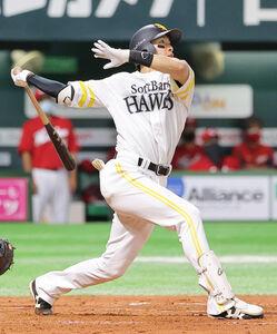 3回2死二塁、柳田悠岐が右中間へ2ラン本塁打を放つ