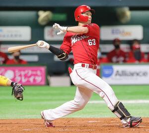 4回無死一塁、西川龍馬が右翼へ2ラン本塁打を放つ