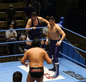 大森隆男(手前)に立ち向かった斉藤レイ(左)とジュン