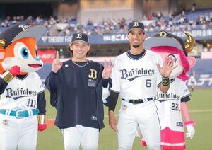 13奪三振で6勝目を飾った宮城大弥(左)と先制本塁打を放った宗佑磨(カメラ・義村 治子)