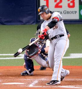 7回2死、左越えソロ本塁打を放つ岡本和真