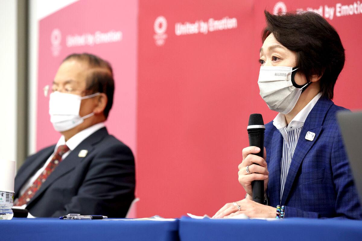 IOC理事会プレゼンテーション終了後に、取材に応じる橋本会長(右)と武藤事務総長(代表撮影)